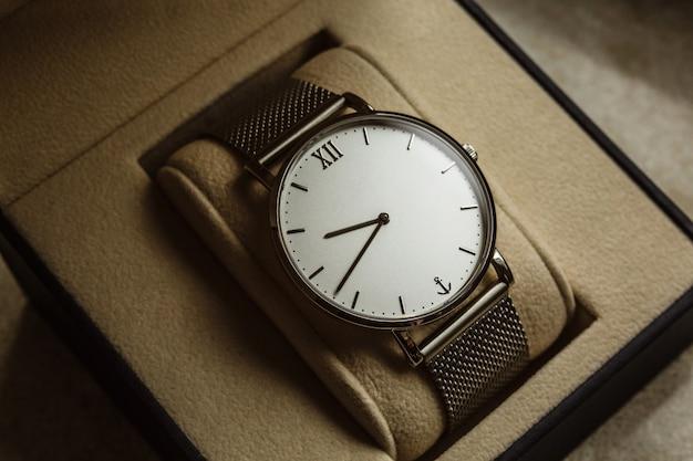 Relógio de homem de luxo em uma caixa de presente. acessórios para um homem de negócios