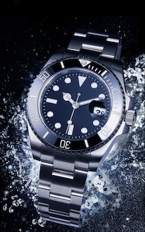 Relógio de luxo com água de esguicho.