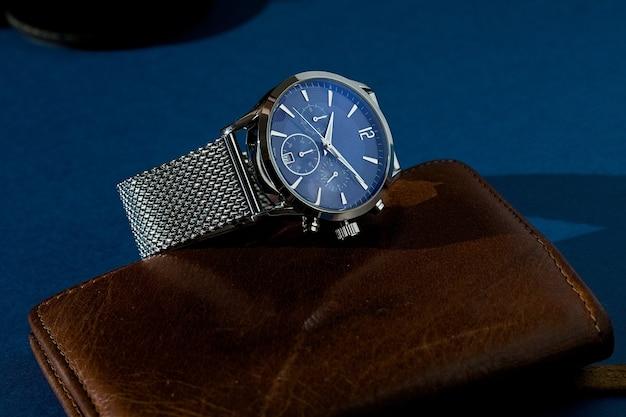 Relógio de luxo com mostrador azul e pulseira de metal.