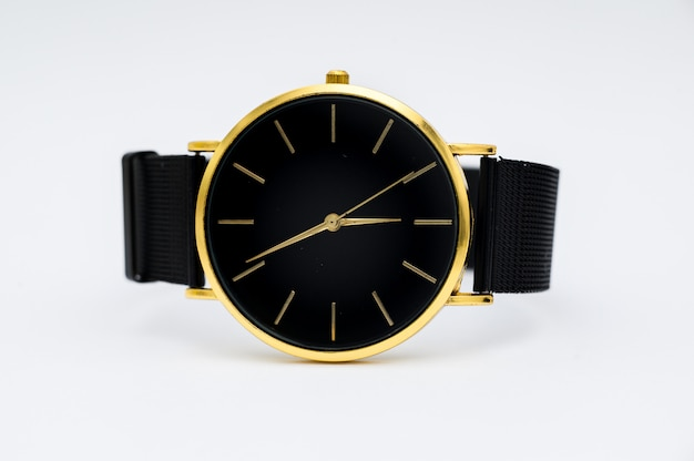 Relógio de luxo isolado no fundo branco. com traçado de recorte. relógio de ouro. as mulheres assistem. relógio feminino.