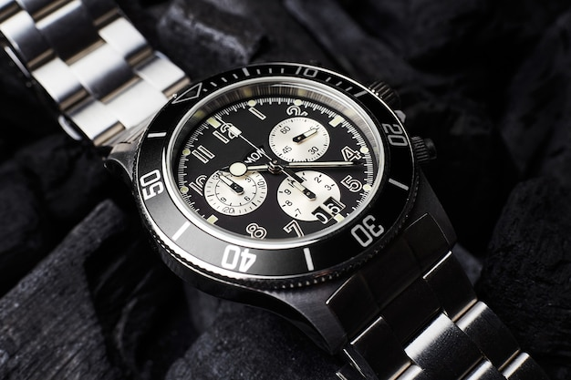 Relógio de luxo preto com fundo preto de carvão