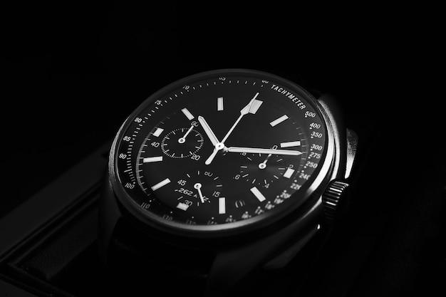 Relógio de luxo preto com fundo preto