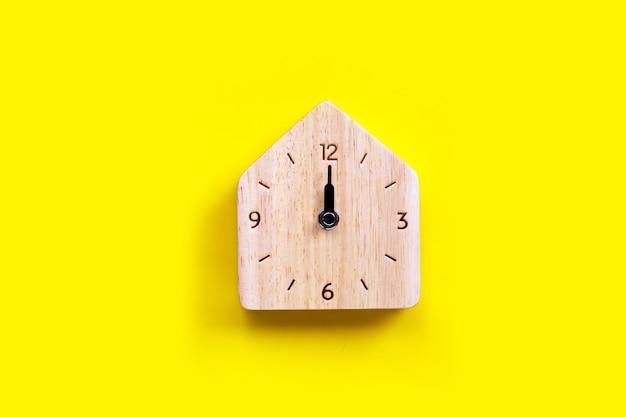 Relógio de madeira de casa em miniatura.