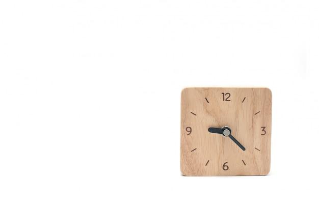 Relógio de madeira isolado no branco.