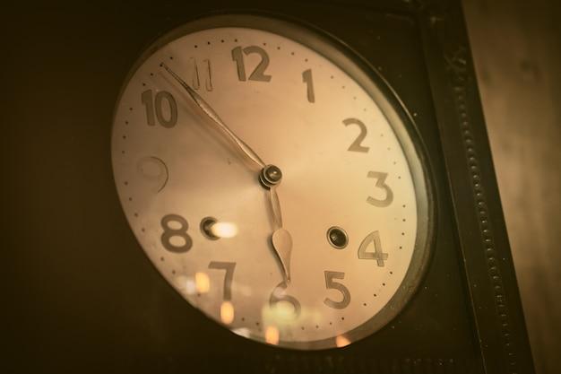 Relógio de madeira muito antigo tom de cor marrom vintage vento