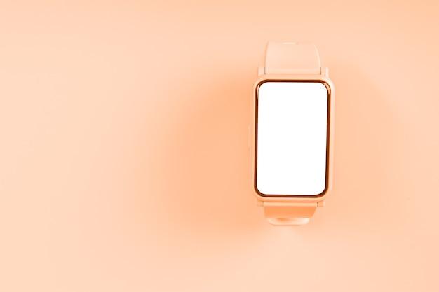 Relógio de maquete fitness em fundo pastel com tela de toque em branco