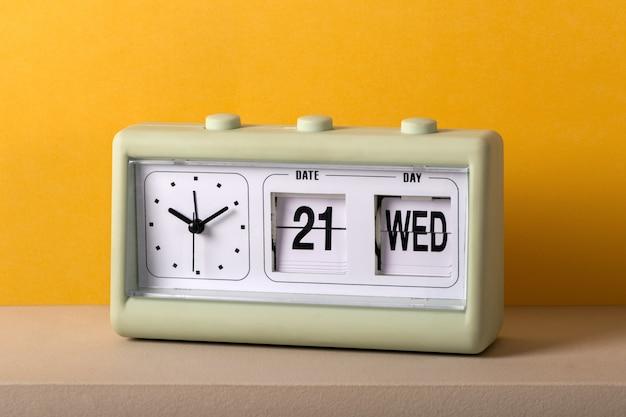 Relógio de mesa de plástico vintage com data e hora