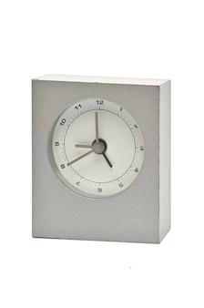 Relógio de metal prateado isolado.