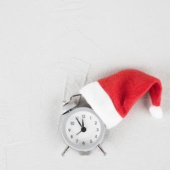 Relógio de natal no chapéu de papai noel