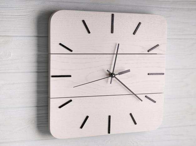 Relógio de parede branco bonito feito de madeira