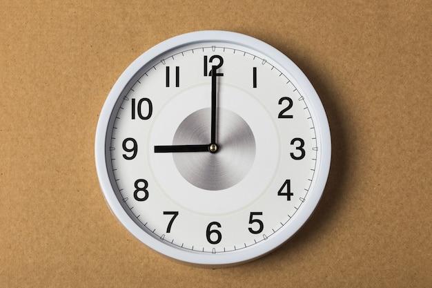Relógio de parede marcando nove horas
