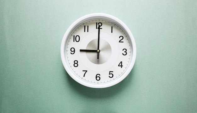 Relógio de parede marcando nove horas Foto Premium
