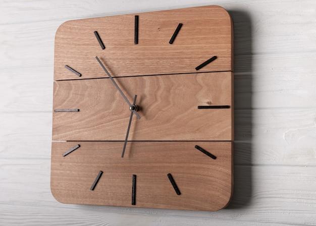 Relógio de parede marrom claro bonito feito de madeira