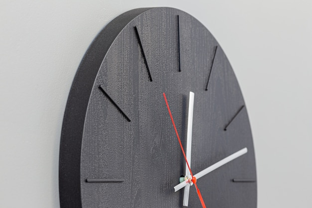 Relógio de parede minimalista close-up em fundo branco