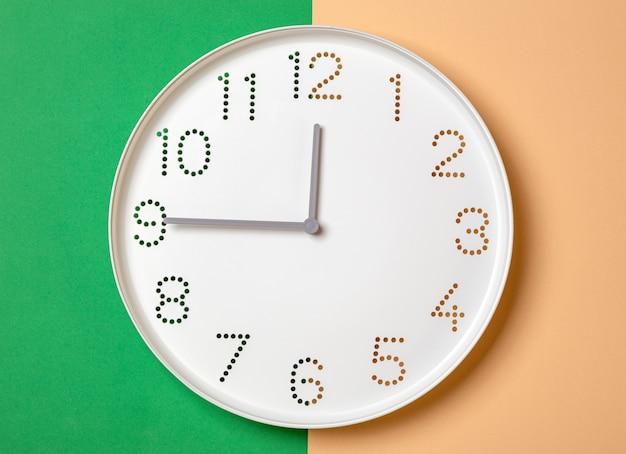 Relógio de parede mostra nove horas