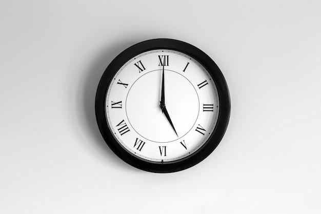 Relógio de parede mostrador romano mostrando cinco horas