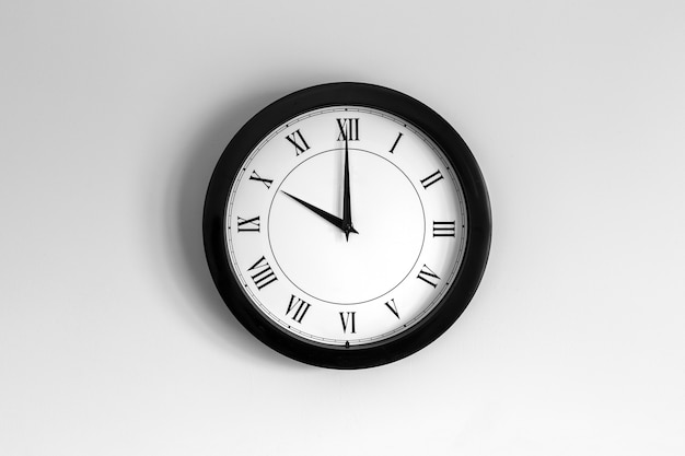 Relógio de parede mostrador romano mostrando dez horas