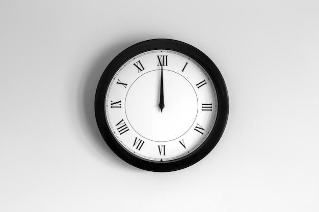 Relógio de parede mostrador romano mostrando doze horas