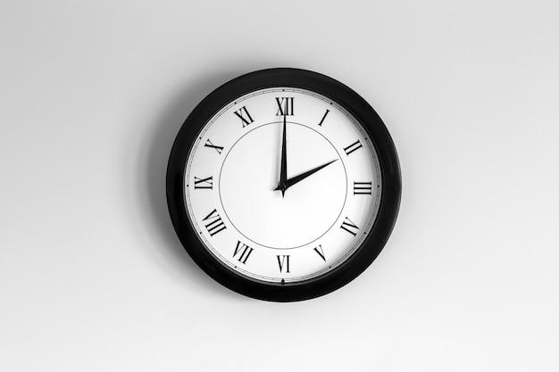 Relógio de parede mostrador romano mostrando duas horas
