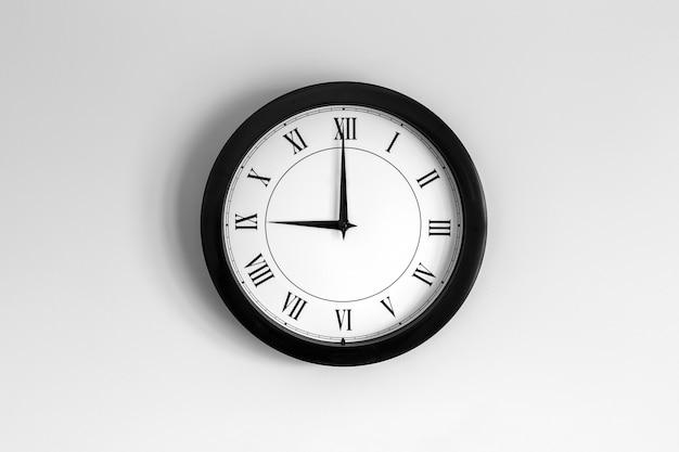Relógio de parede mostrador romano mostrando nove horas
