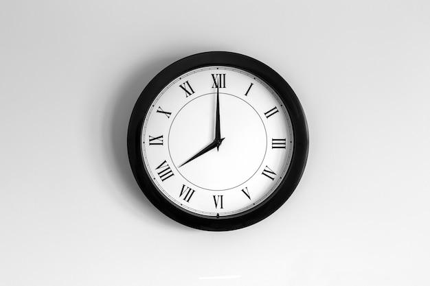 Relógio de parede mostrador romano mostrando oito horas