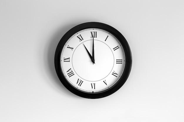 Relógio de parede mostrador romano mostrando onze horas