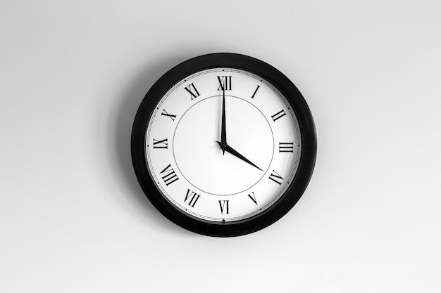 Relógio de parede mostrador romano mostrando quatro horas