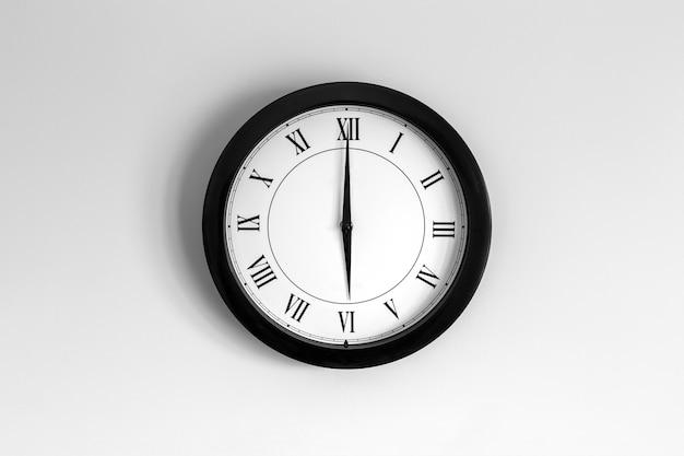 Relógio de parede mostrador romano mostrando seis horas