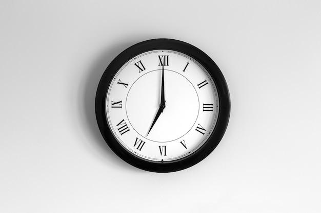 Relógio de parede mostrador romano mostrando sete horas
