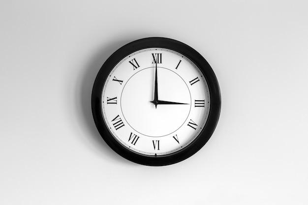 Relógio de parede mostrador romano mostrando três horas