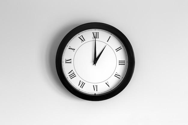 Relógio de parede mostrador romano mostrando uma hora