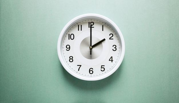 Relógio de parede mostrando duas horas