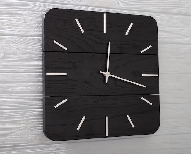 Relógio de parede preto bonito feito de madeira