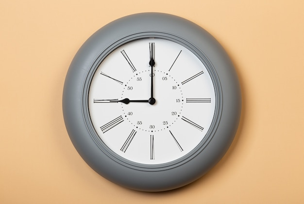 Relógio de parede romano mostra nove horas