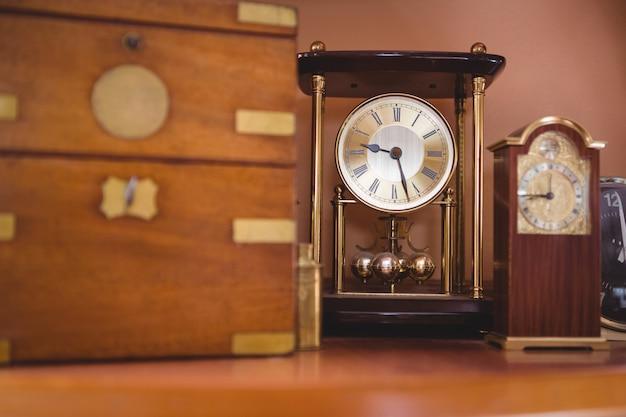 Relógio de pêndulo relógio na mesa