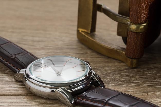 Relógio de pulso e cinto de couro marrom