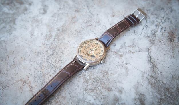 Relógio de pulso marrom moderno