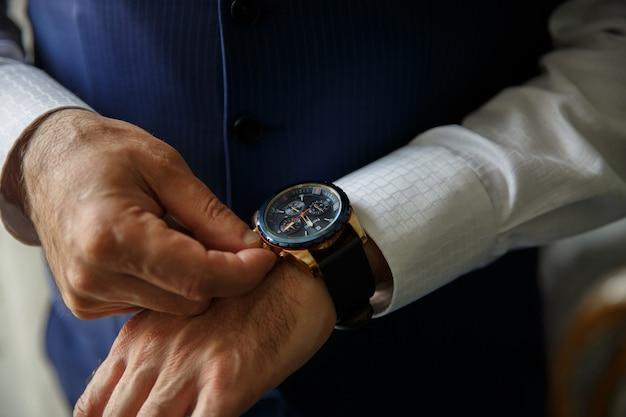 Relógio de pulso na mão do homem, relógio masculino, prazo, time to business, inicialização.