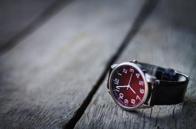 Relógio de pulso na mesa de madeira.