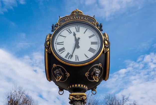 Relógio de rua antigo em bucareste
