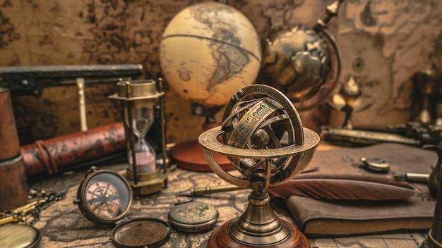 Relógio de sol de bronze com signos do zodíaco