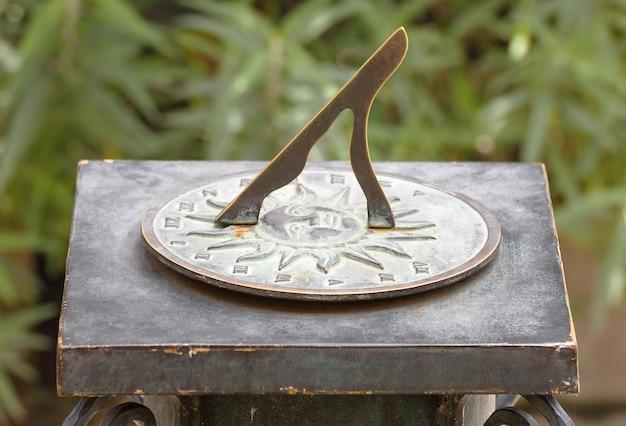 Relógio de sol romano antigo no jardim