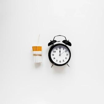 Relógio de vista superior com cigarros