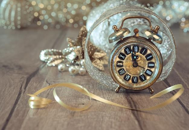 Relógio de wintage definido em cinco a doze com decorações douradas