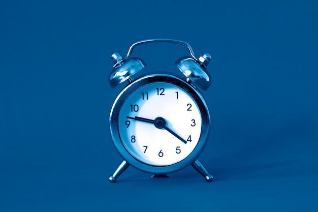 Relógio despertador clássico cor azul em estilo vintage retrô