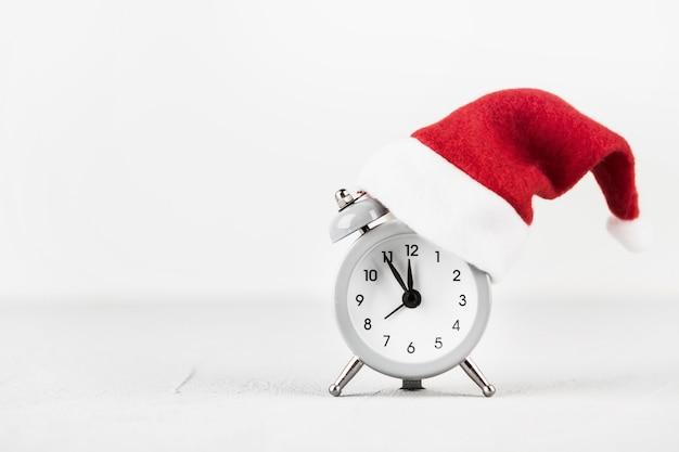 Relógio despertador com chapéu de papai noel