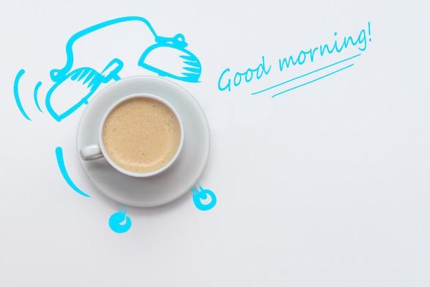Relógio despertador de xícara de café em fundo branco
