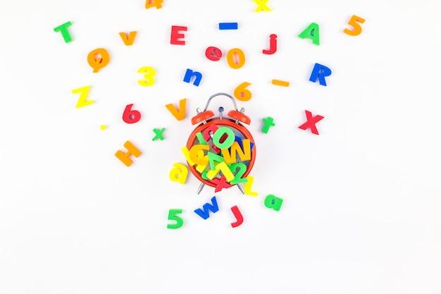 Relógio despertador e alfabeto multicolorido