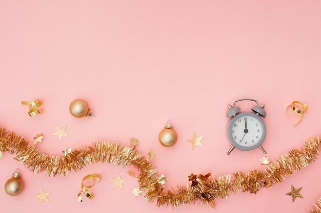 Relógio despertador e decoração de festa com espaço de cópia
