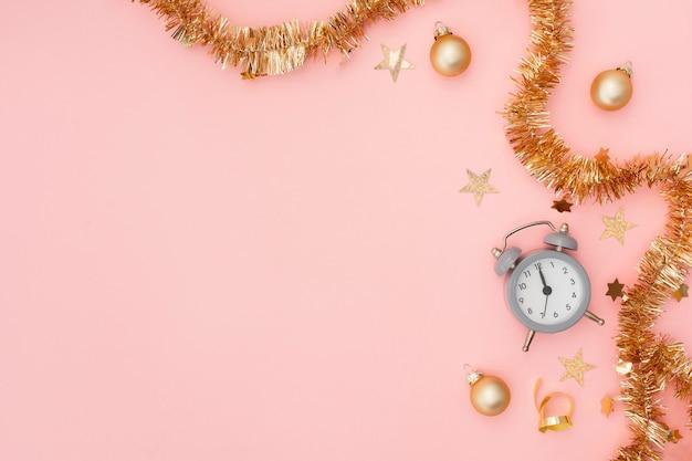 Relógio despertador e decoração de festa festiva com espaço de cópia